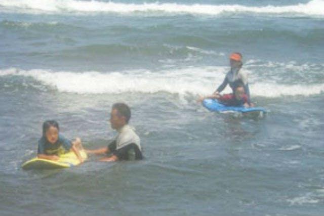T.K SURF(ティーケーサーフ) (上越市 サーフィン体験)の「【新潟・上越市・サーフィン体験】目標はボードに立つ!サーフィン体験コース」の画像
