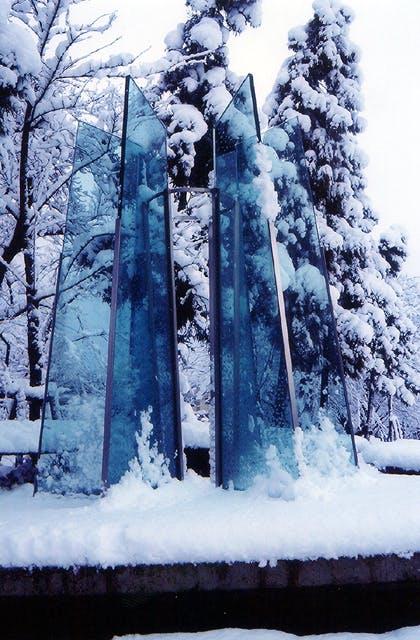 """""""雪の降る街を""""のモニュメント"""