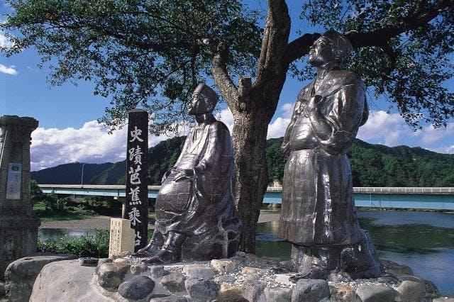 芭蕉と曽良の陶像