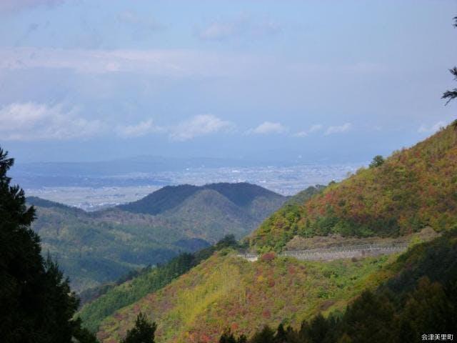 氷玉峠から会津美里町を望む
