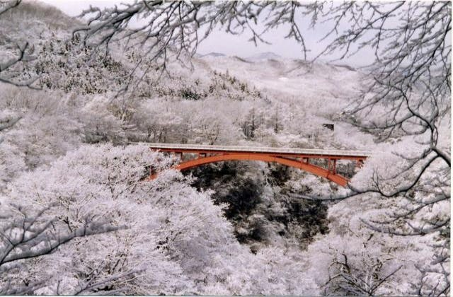 冬の雪割橋