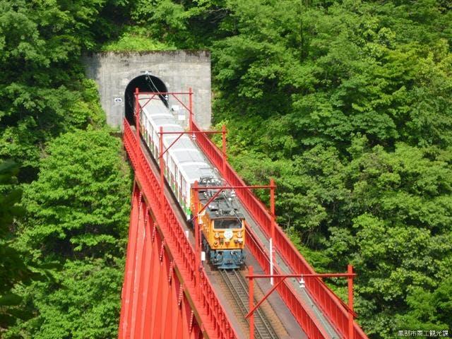 新山彦橋とトロッコ電車