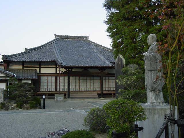 寂照寺と月僊上人の像