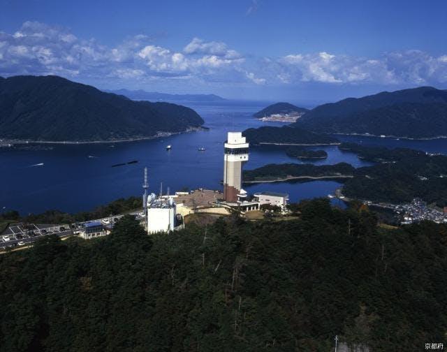 五老スカイタワーと舞鶴湾