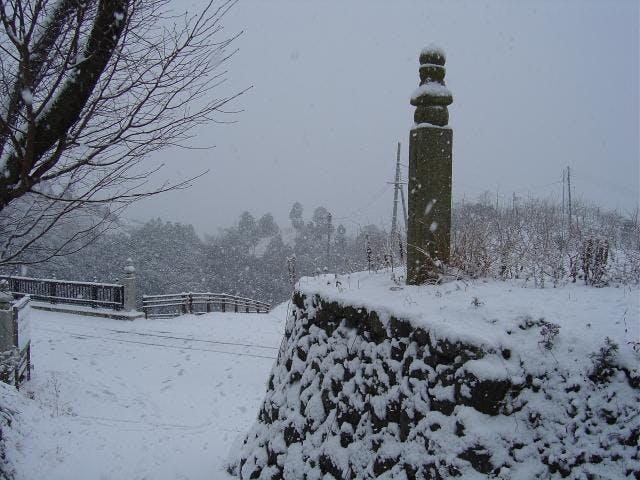 雪化粧をした高野山町石道