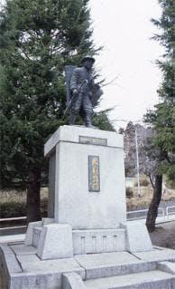 鎌田村長銅像