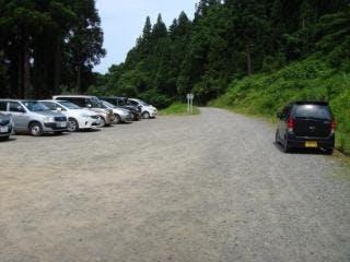 追田林道入口には、車50台程度が駐車できる広い駐車スペースが